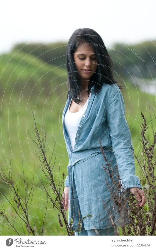 Bevor der Regen kommt ... Mensch Natur Jugendliche blau grün schön Pflanze Umwelt Landschaft Leben Wiese feminin Frühling gehen natürlich Junge Frau