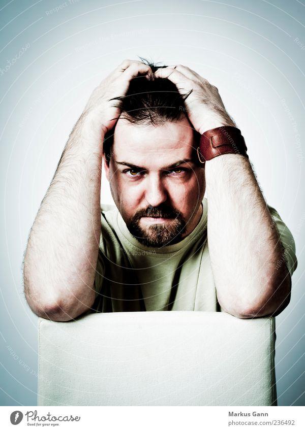 Burnout Mensch Mann Gesicht Erwachsene Kopf Denken Arme maskulin T-Shirt Bart Zukunftsangst Verzweiflung Sorge Ärger Frustration Erschöpfung