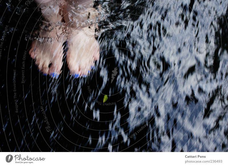 Erfrischung blau Wasser Blatt kalt Fuß stehen Fluss nah Bach Barfuß fließen Nagellack Strömung Mensch Kosmetik