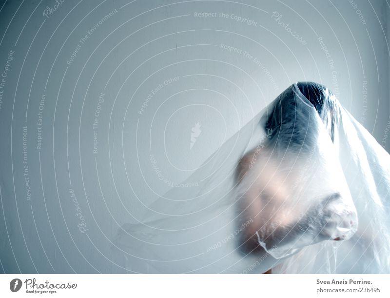 eine Stille in der Luft. maskulin 1 Mensch 18-30 Jahre Jugendliche Erwachsene Statue Folie Farbfoto Innenaufnahme Textfreiraum oben Hintergrund neutral
