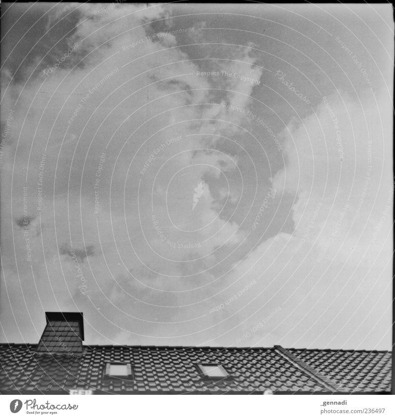 Der Himmel über mir Wolken Wetter Dach Schornstein Dachfenster Wolkendecke analog Rahmen Schwarzweißfoto Außenaufnahme Menschenleer Tag Sonnenlicht