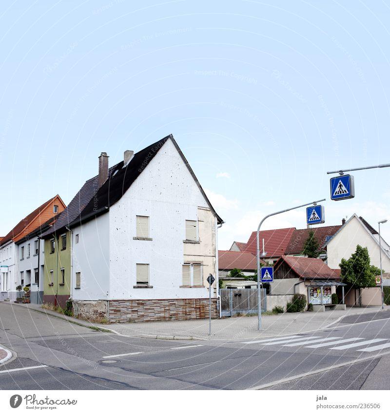 kreuzung Kleinstadt Haus Bauwerk Gebäude Architektur Verkehr Verkehrswege Straße Straßenkreuzung Verkehrszeichen Verkehrsschild Zebrastreifen Bushaltestelle