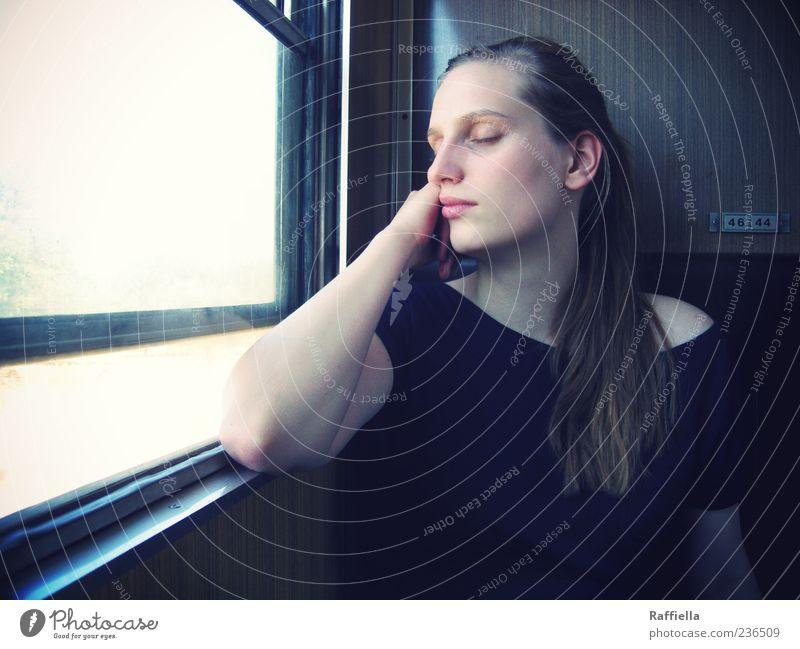 auf und davon Erholung ruhig feminin Junge Frau Jugendliche Haare & Frisuren Gesicht Auge Nase Mund Lippen Arme 18-30 Jahre Erwachsene Bahnfahren T-Shirt