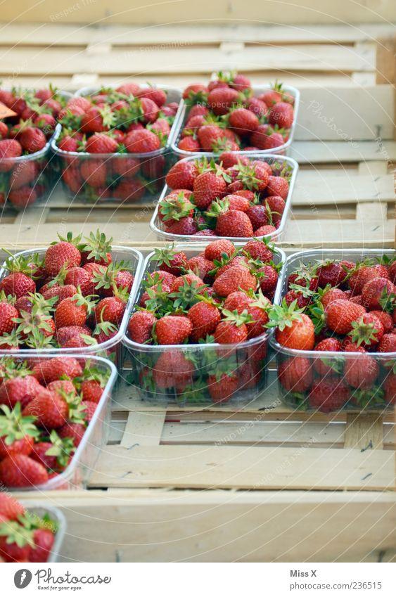 Erdbeeren rot Ernährung Frucht mehrere frisch lecker Bioprodukte Beeren Schalen & Schüsseln Erdbeeren Ware Marktstand Wochenmarkt Gemüsemarkt Obst- oder Gemüsestand