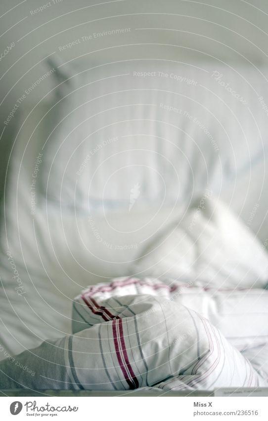 Bettzipfel weiß leer Falte Bettdecke gebraucht Morgen Möbel Kissen Kopfkissen
