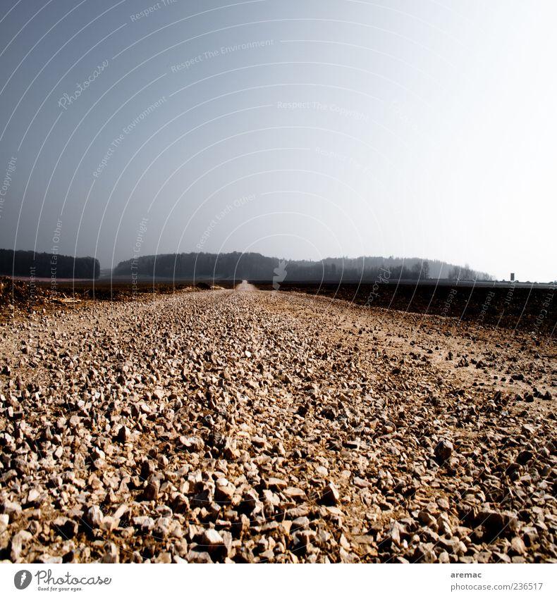 Der gerade Weg Verkehrswege Straße Wege & Pfade Unendlichkeit blau grau Kies Schotterweg Außenaufnahme Menschenleer Textfreiraum oben Tag Sonnenlicht Gegenlicht