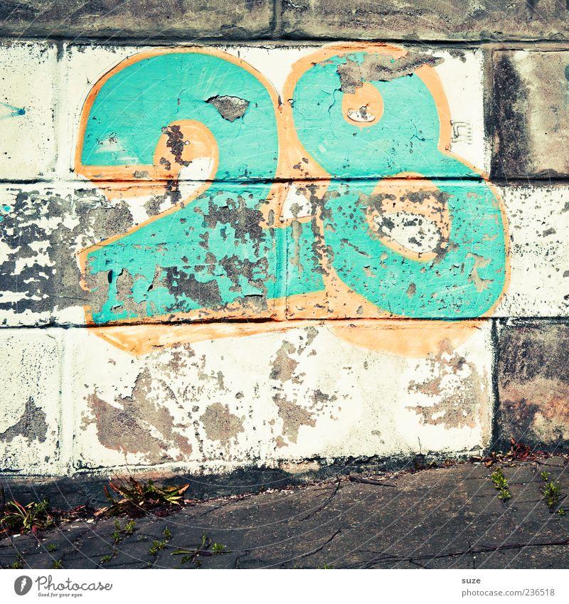 Achtundzwanzig alt grün Graffiti Wand Mauer dreckig trist authentisch kaputt Ziffern & Zahlen Fußweg trashig frech Straßenkunst Schmiererei knallig