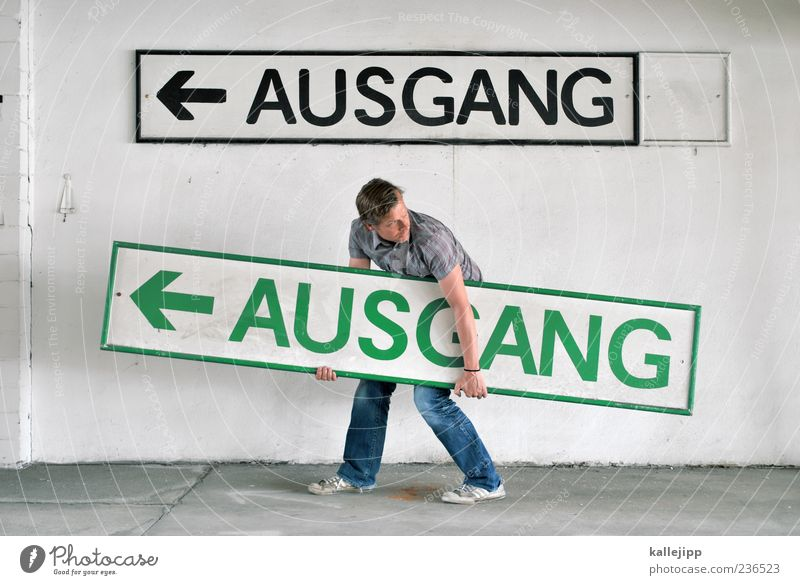 entscheidungsträger Mensch Mann grün schwarz Erwachsene Wand Mauer Schilder & Markierungen maskulin Schriftzeichen Ende Zeichen Pfeil Richtung tragen Ausgang