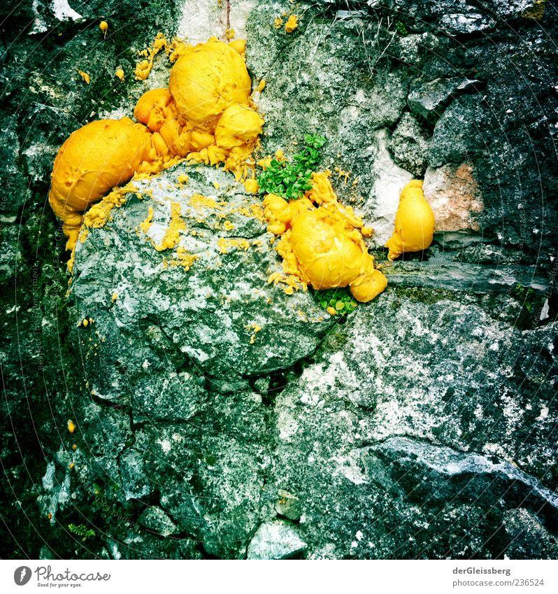 Schaum und Stein Felsen gelb grau Silikon Reparatur Farbfoto Außenaufnahme Strukturen & Formen Textfreiraum unten Menschenleer außergewöhnlich