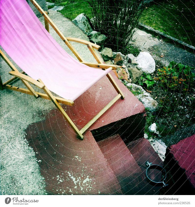 Liegestuhl grün Sommer Erholung Holz Garten rosa Treppe Sträucher vergilbt Ruhemöbel