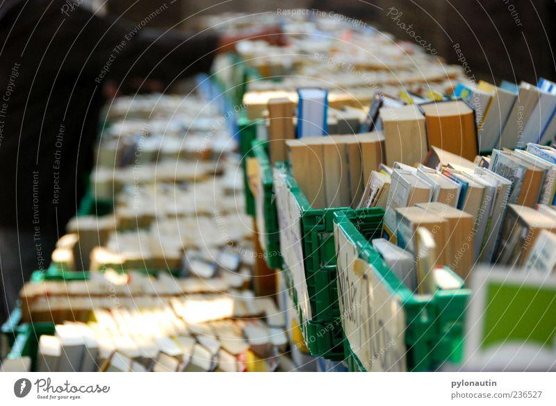 Buchperspektive Sammlung Flohmarkt Farbfoto Außenaufnahme Abend Schwache Tiefenschärfe Kiste viele Menschenleer