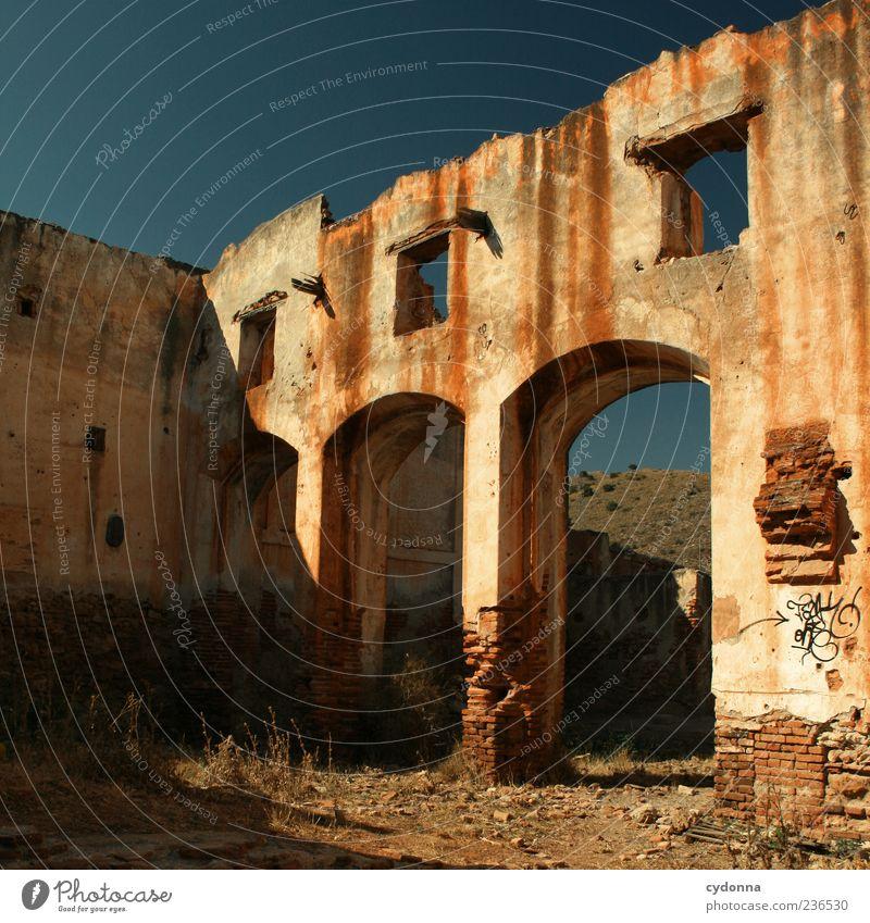 Obdachlos Sommer Architektur Fassade Vergänglichkeit Vergangenheit Verfall Ruine Wolkenloser Himmel stagnierend Leerstand Endzeitstimmung