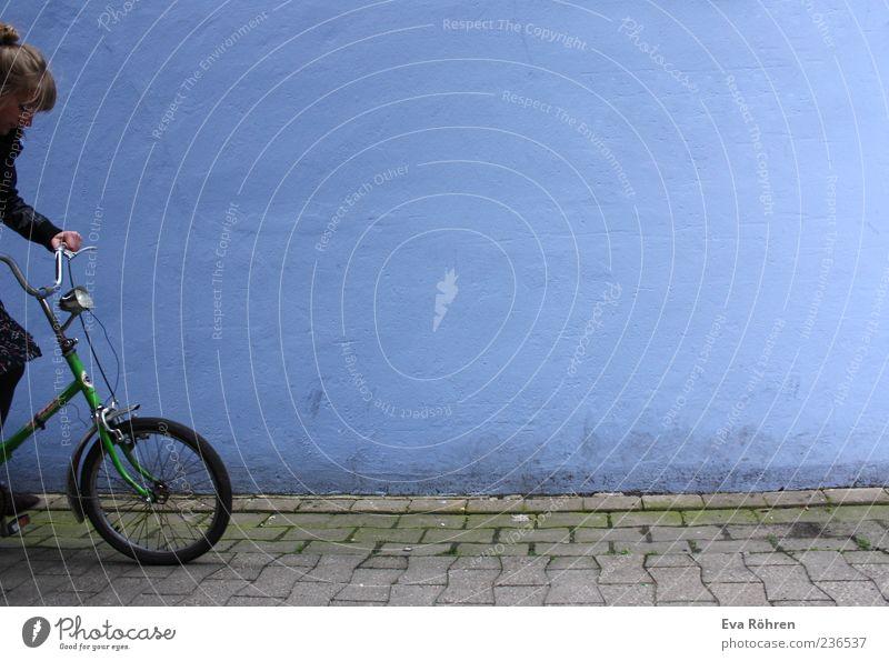 Durchstarten mit dem Klapprad Junge Frau Jugendliche Fahrradfahren Wege & Pfade Fahrradlenker Bewegung retro blau grau grün Beginn Farbe Freizeit & Hobby