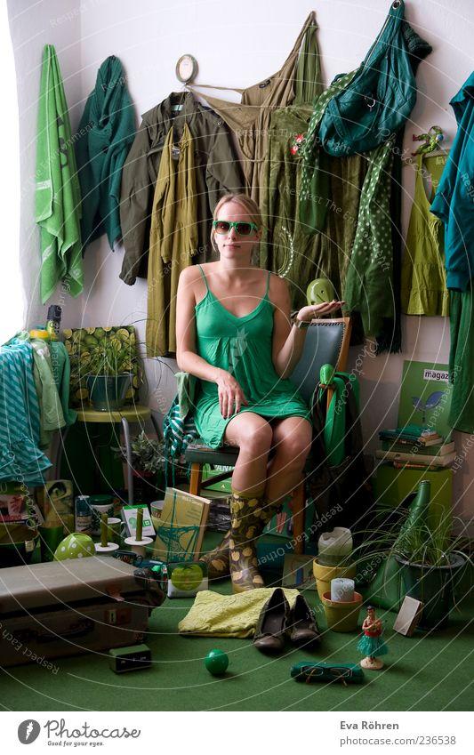 Grün, grün, grün ist alles was ich habe Mensch Jugendliche weiß grün Leben lustig Raum sitzen außergewöhnlich frisch verrückt Fröhlichkeit Junge Frau 18-30 Jahre Dekoration & Verzierung Bekleidung