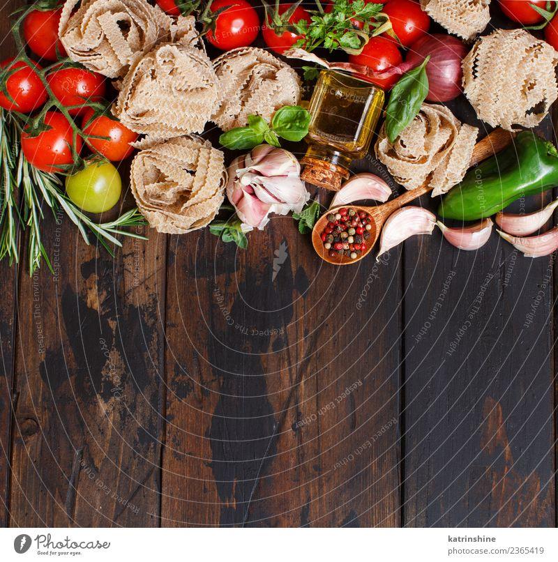 Frisches Rohkost und Kräuter auf Holzuntergrund Vegetarische Ernährung Diät Tisch Blatt dunkel frisch braun grün rot Essen zubereiten Lebensmittel Gesundheit