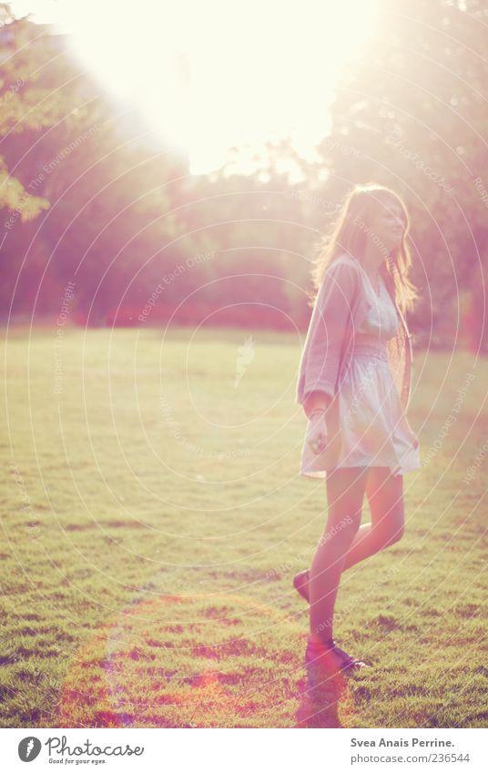 Nachts wir der Morgen anbrechen. Lifestyle elegant Stil feminin Junge Frau Jugendliche 18-30 Jahre Erwachsene Schönes Wetter Park Wiese Rock Kleid Bewegung