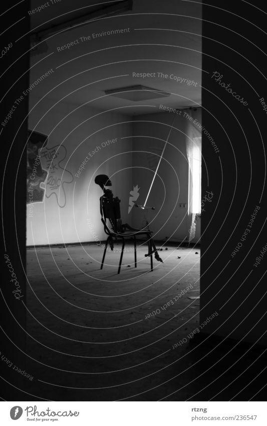 Skelett mit leerem Zimmer Mensch Einsamkeit schwarz ruhig Haus Tod dunkel Graffiti Wand Mauer dreckig sitzen außergewöhnlich leer trist bedrohlich