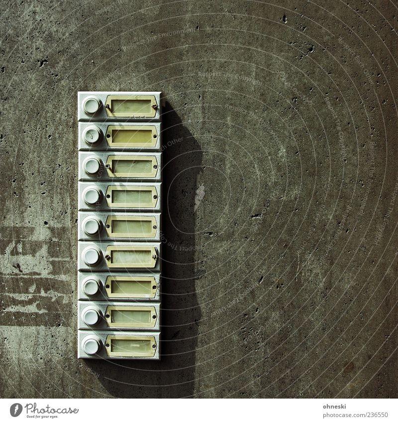 Leerstand Stadt Einsamkeit Haus Wand grau Mauer Gebäude Fassade Beton trist Klingel Hoffnungslosigkeit Leerstand Namensschild Mehrfamilienhaus Wohnungssuche