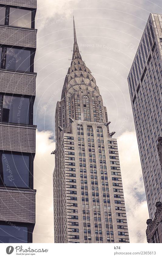 NYC - Chrysler Building Skyline Froschperspektive Tag Außenaufnahme Gedeckte Farben Farbfoto Stadt New York City USA Amerika Hauptstadt Stadtzentrum