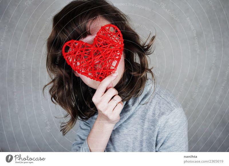 Junge Frau bedeckt ihr Gesicht mit einem roten Herzen. Stil Design Gesundheit Valentinstag Muttertag Mensch feminin Jugendliche 1 18-30 Jahre Erwachsene brünett