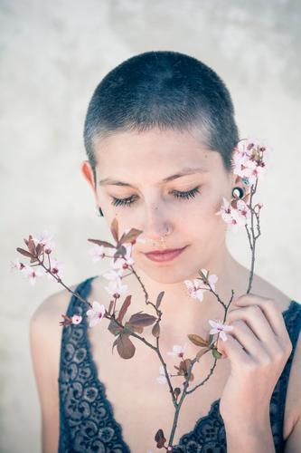 Frühlingsfrau schön Körperpflege Haare & Frisuren Haut Gesicht androgyn Junge Frau Jugendliche Blume Kirschblüten Mandelblüte kurzhaarig authentisch frisch