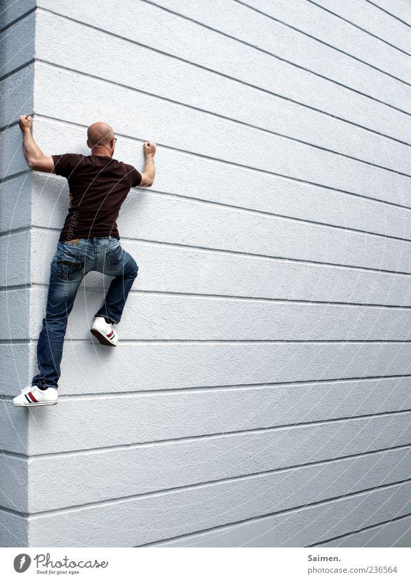 cityclimbing Mensch maskulin Mann Erwachsene 1 18-30 Jahre Jugendliche Mauer Wand Fassade Bewegung sportlich außergewöhnlich muskulös Kraft Mut anstrengen