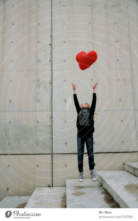 2 herzen Frau rot Einsamkeit Architektur Glück springen Gebäude träumen Herz Treppe außergewöhnlich Junge Frau Symbole & Metaphern fallen berühren Kitsch