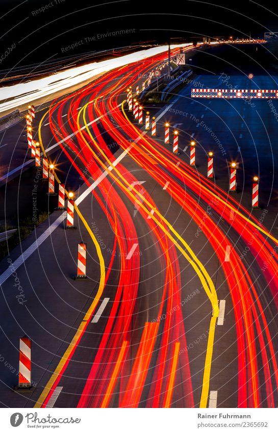 Lichtspuren von Fahrzeugen auf einer Autobahn in der Nacht Industrie Verkehr Verkehrsmittel Verkehrswege Autofahren Straße Geschwindigkeit Umwelt Farbfoto