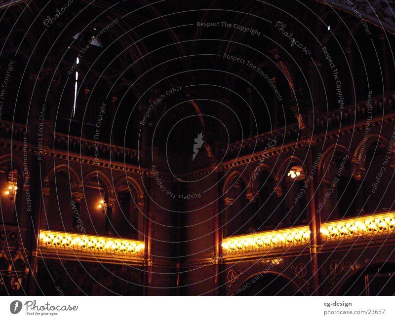 Kirche Budapest dunkel Gebäude Religion & Glaube Architektur historisch Warmes Licht