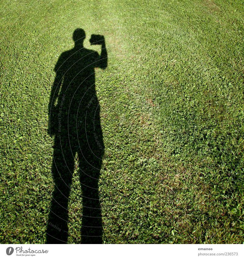 Fotogras Mensch Mann Natur grün Ferien & Urlaub & Reisen Pflanze Sommer Erwachsene Landschaft dunkel Wiese Gras Garten Stil Park Freizeit & Hobby