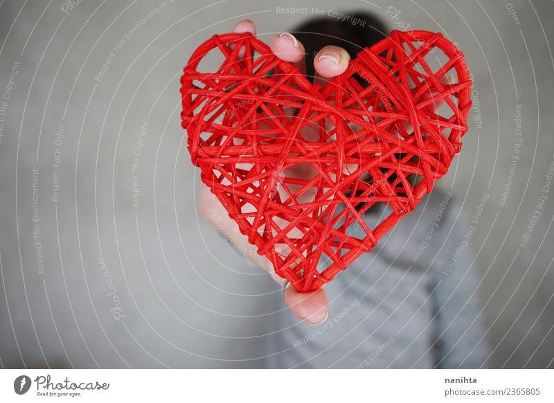 Junge Frau mit einem roten Herzen Design Gesundheit Gesundheitswesen Feste & Feiern Valentinstag Muttertag Mensch androgyn 1 festhalten authentisch einfach