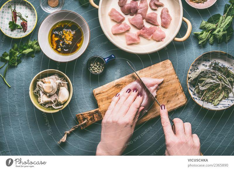 Hände schneiden Hähnchenbrustfilet Frau Mensch Gesunde Ernährung Hand Erwachsene feminin Stil Lebensmittel Design Tisch Dinge Kräuter & Gewürze Küche