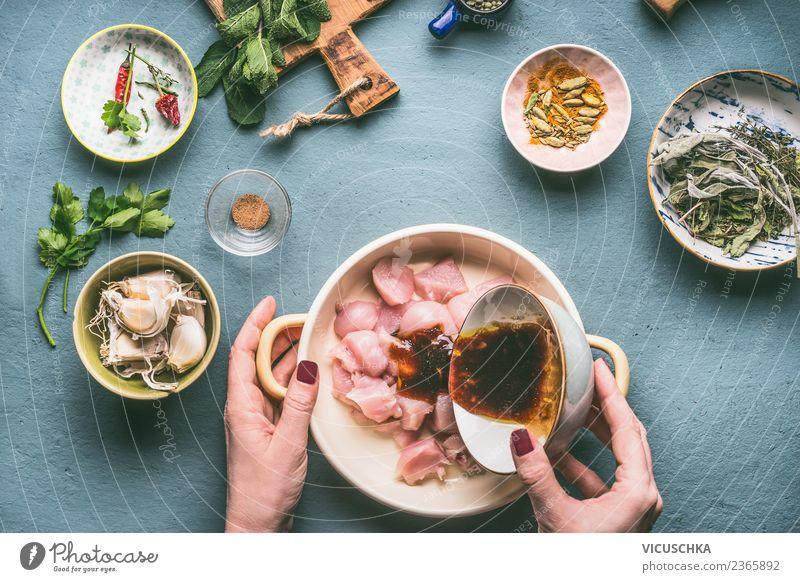 Weibliche Hände marinieren Hähnchenfilet Lebensmittel Fleisch Kräuter & Gewürze Öl Ernährung Mittagessen Abendessen Bioprodukte Diät Schalen & Schüsseln Topf