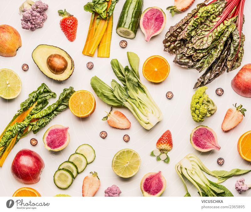 Läppchen und Hälften von Obst und Gemüse auf weiß Sommer Gesunde Ernährung Foodfotografie Essen Gesundheit Hintergrundbild Stil Lebensmittel Design Frucht