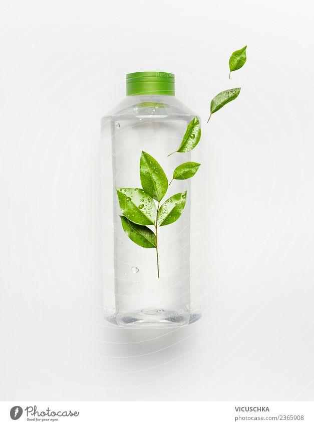 Flasche mit Wasser und grünen Blättern Getränk trinken Erfrischungsgetränk Trinkwasser kaufen Stil Design Gesundheit Gesunde Ernährung Wellness Leben Sommer