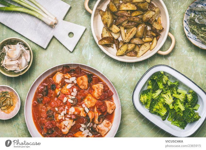 Ausbalancierte Mahlzeit mit Hähnchen und Gemüse Gesunde Ernährung Speise Foodfotografie Stil Lebensmittel Design Bioprodukte Geschirr Essen zubereiten