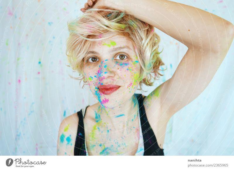 Junge glückliche Frau, die schmutzig mit Farbe ist. Lifestyle Stil Design Freude schön Freizeit & Hobby Mensch feminin Junge Frau Jugendliche Erwachsene 1
