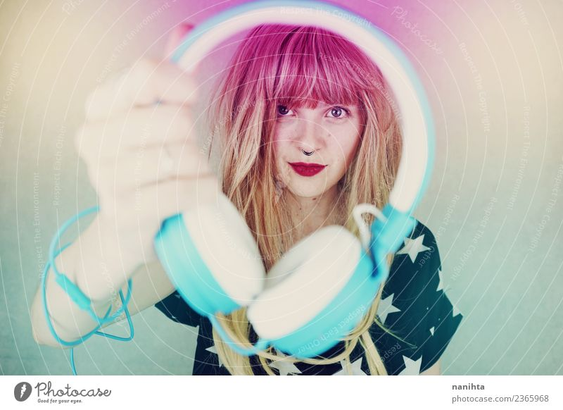 Junge Frau hält ein Headset. Lifestyle Stil Haare & Frisuren Entertainment Party Veranstaltung Musik Diskjockey ausgehen Feste & Feiern Technik & Technologie