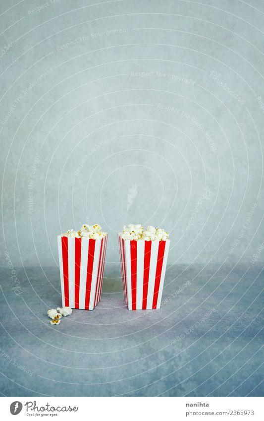 Zwei Retro-Boxen mit Popcorn. Lebensmittel Popkorn Ernährung Essen Freizeit & Hobby Entertainment Kino Streifen authentisch einfach Zusammensein Billig gut
