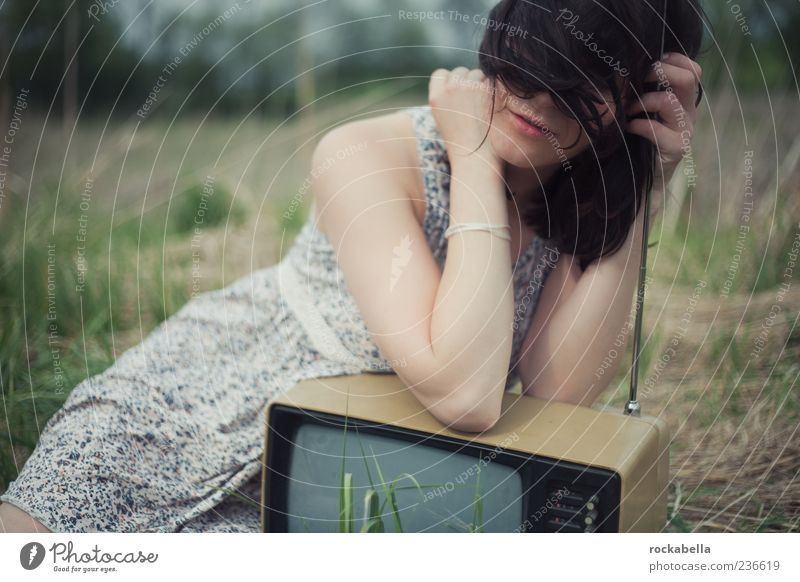 realitätsflucht. Mensch Frau Jugendliche schön Erwachsene feminin ästhetisch Junge Frau 18-30 Jahre einzigartig Kleid Fernseher Leidenschaft schwarzhaarig