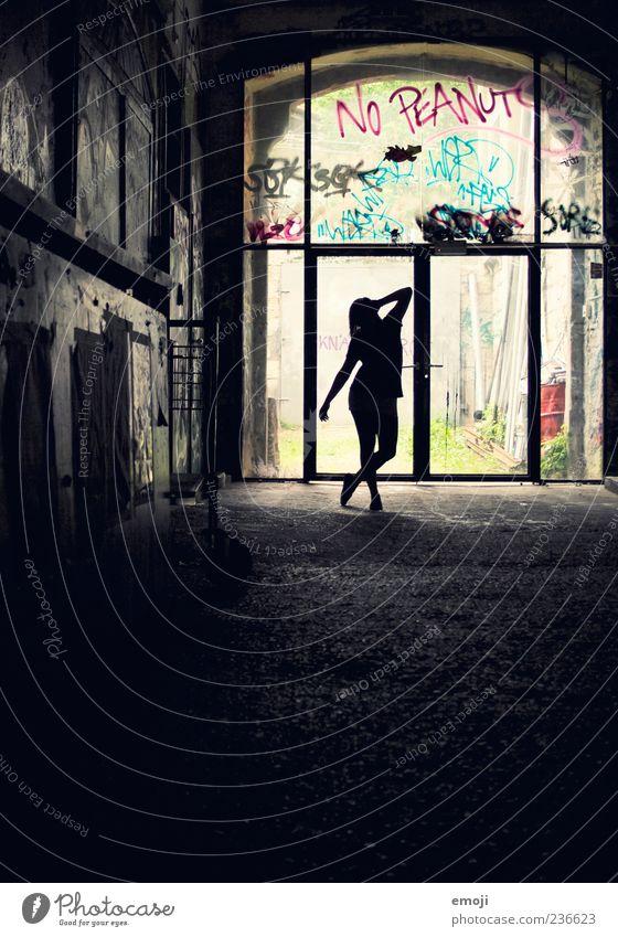 one Mensch Jugendliche schön Erwachsene dunkel kalt feminin Wand Mauer Gebäude ästhetisch Junge Frau 18-30 Jahre Coolness einzigartig Körperhaltung