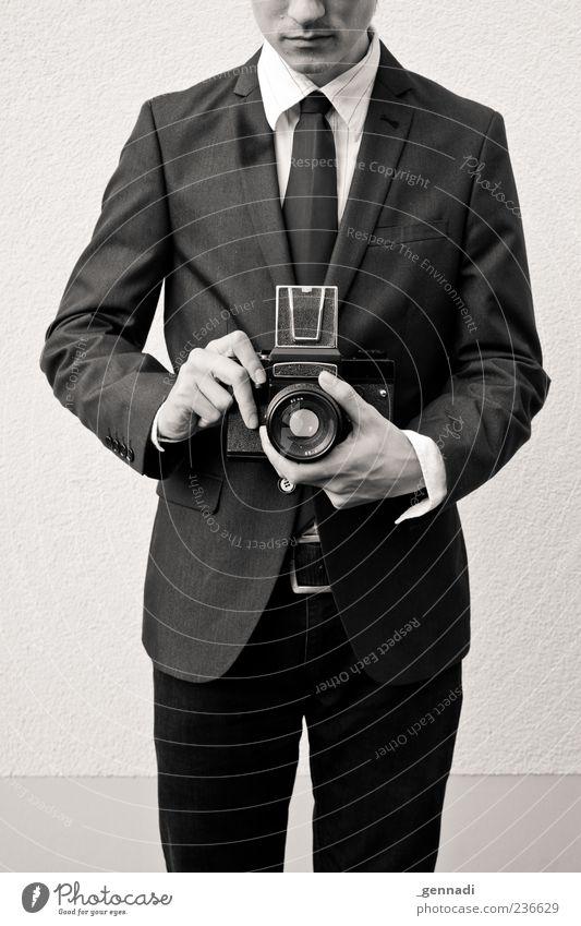 Graf Foto Fotokamera Sucher Mensch maskulin Junger Mann Jugendliche 1 Mode Hemd Anzug Jacke Krawatte historisch einzigartig seriös Fotografieren charmant modern