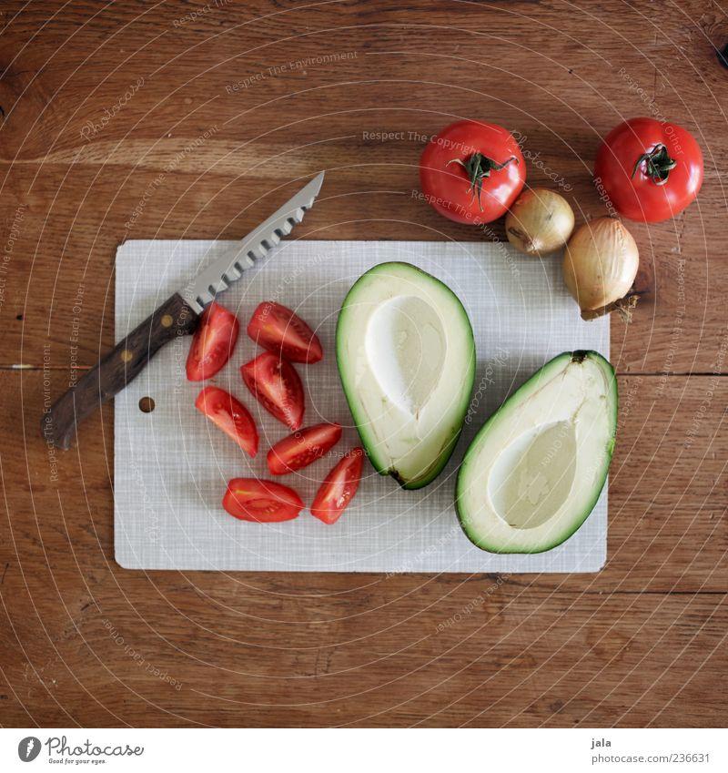 zubereitung Lebensmittel Gemüse Zwiebel Avocado Tomate Ernährung Messer Schneidebrett Gesundheit lecker Farbfoto Innenaufnahme Menschenleer Textfreiraum oben