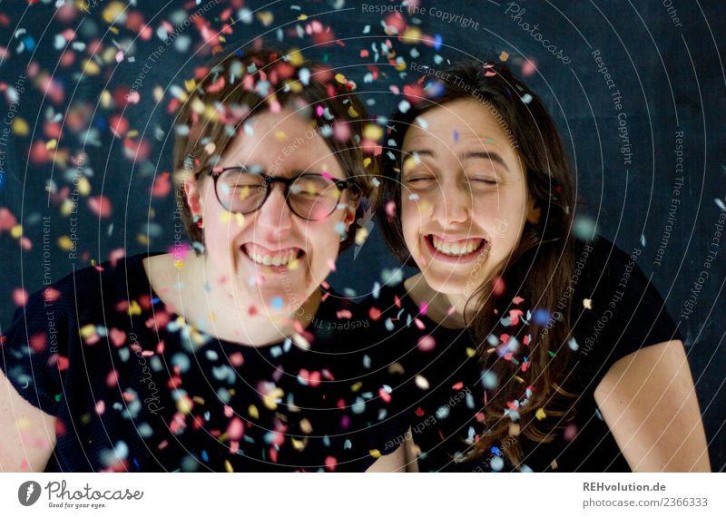 Portrait von zwei lachenden Frauen mit Konfetti Lifestyle Party Feste & Feiern Mensch feminin Junge Frau Jugendliche Erwachsene Geschwister Schwester 2