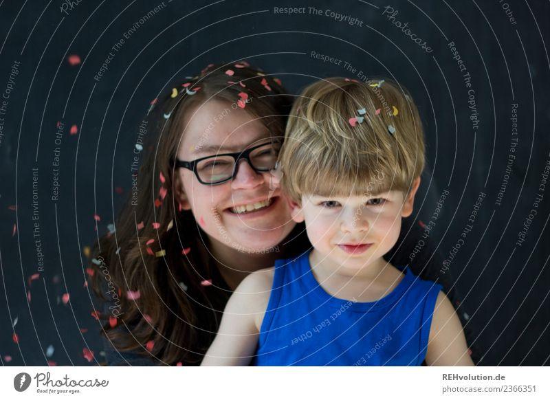 Mutter mit Sohn und Konfetti Frau Kind Mensch Jugendliche blau Freude schwarz 18-30 Jahre Gesicht Lifestyle Erwachsene Liebe natürlich feminin