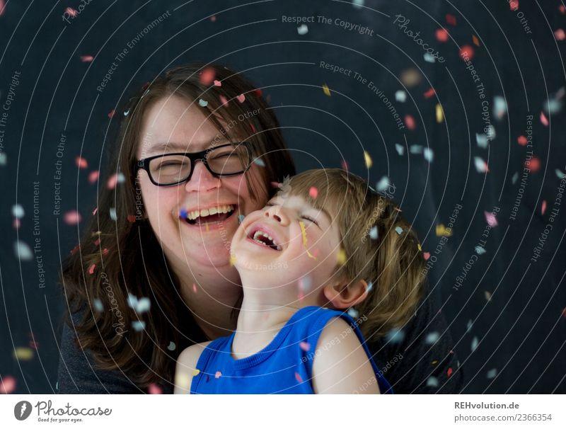 Mutter und Kind lachen mit Konfetti Frau Mensch Freude Gesicht Erwachsene Lifestyle Liebe lustig feminin Familie & Verwandtschaft Glück Junge Zusammensein