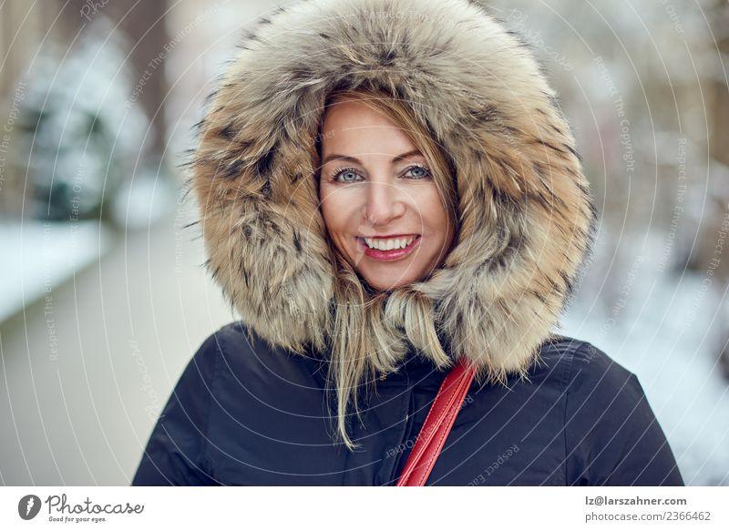 Porträt einer lächelnden Frau mit Winterhaube Lifestyle Glück schön Gesicht Schnee Erwachsene 1 Mensch 30-45 Jahre Park Mode Mantel Pelzmantel blond Lächeln