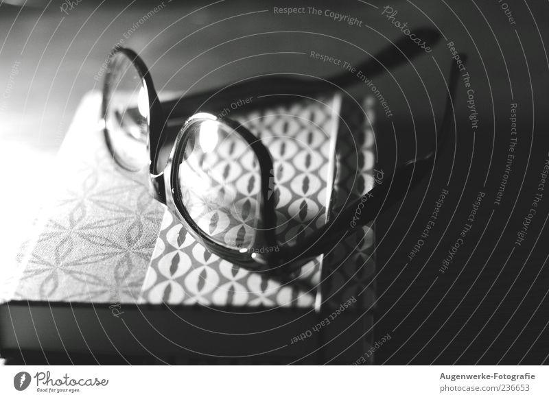 Bettlektüre Printmedien Buch Brille Schwarzweißfoto Innenaufnahme Textfreiraum rechts Kunstlicht Schatten Kontrast Unschärfe Menschenleer liegen 1