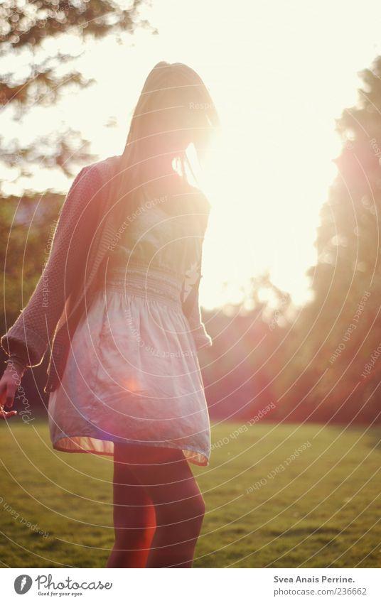 one way. Lifestyle Freude feminin Junge Frau Jugendliche 1 Mensch 18-30 Jahre Erwachsene Schönes Wetter Park Wiese Mode Rock Kleid genießen träumen Traurigkeit
