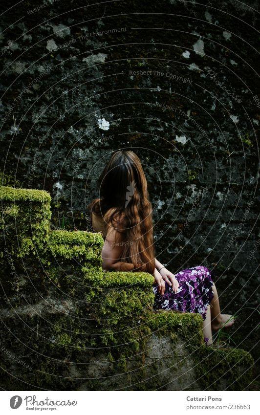 Lügen und Geheimnisse Mensch Frau Jugendliche Einsamkeit Erwachsene Erholung kalt feminin Stein sitzen Treppe natürlich außergewöhnlich Junge Frau einzigartig